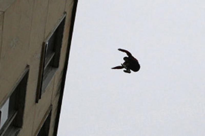 Упал с крыши многоэтажки и выжил