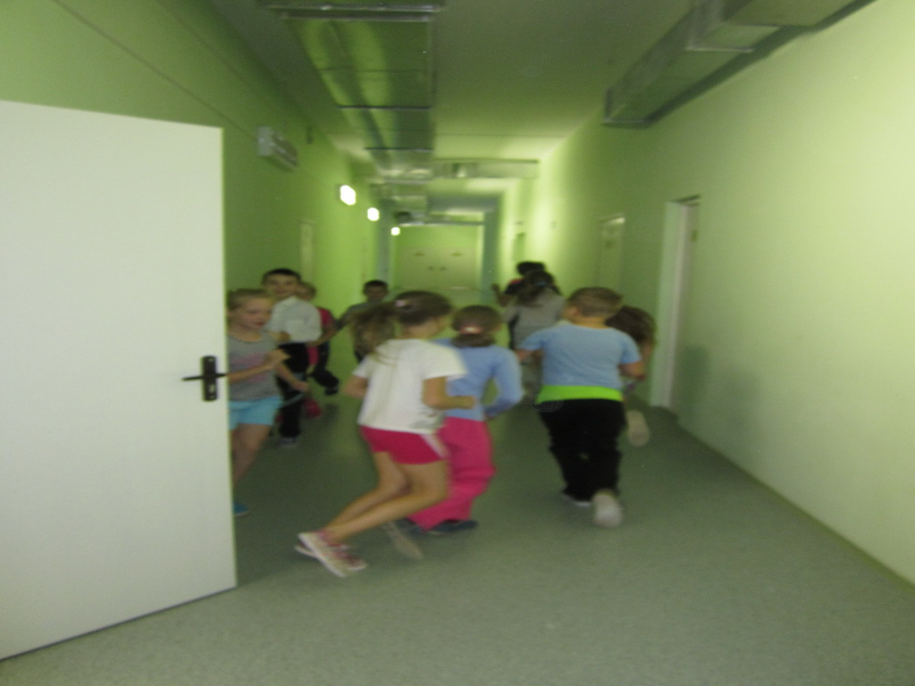 5.Занятие по физкультуре в коридоре