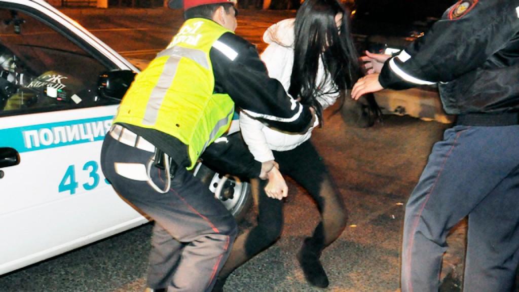 Полисмен увернулся от женского удара в пах