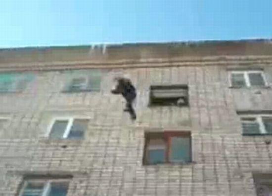 Рабочий упал с пятого этажа и остался жив!!