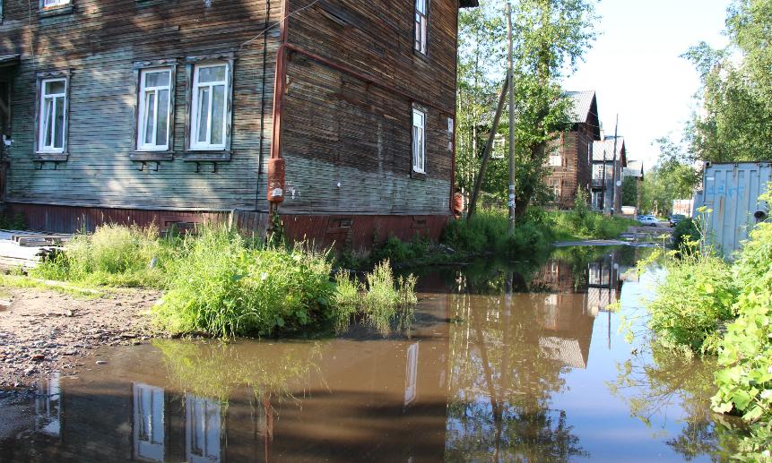 В Архангельске после ливня люди не могут выйти из домов