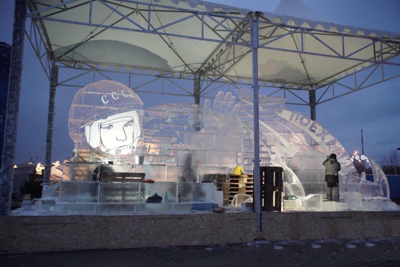 Из архангельского льда построили фигуры в Москве