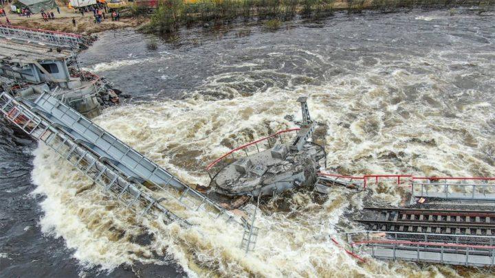 Обрушился железнодорожный мост в Кольском районе