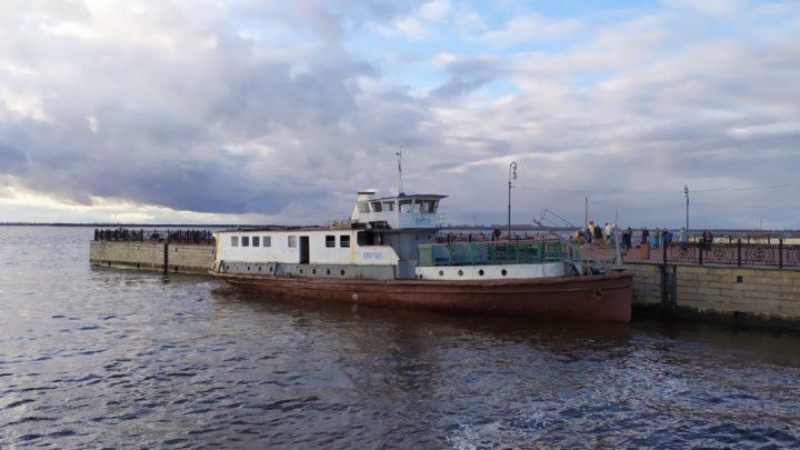 На Красной пристани ошвартовался на постоянную стоянку теплоход «Коммунар»
