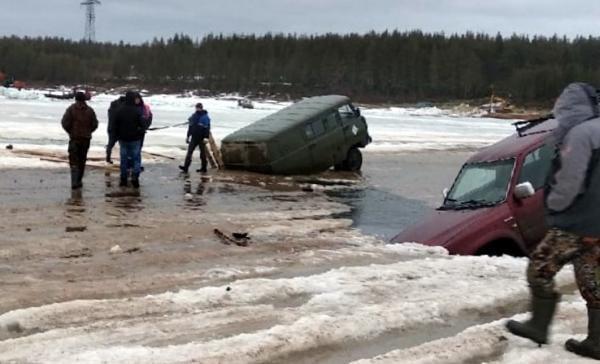 Две машины провалились под лед на закрытой переправе