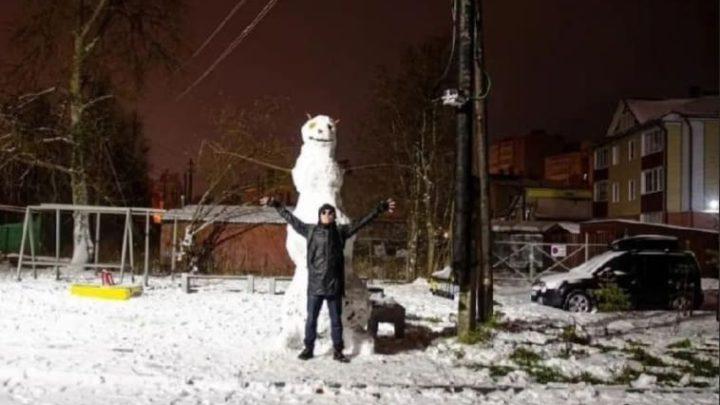 Водном из дворов Соломбалы появился огромный снеговик
